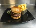 Photo Le burger Corse (produits 100%  AOC) : Tomme de brebis (Filetta), coppa, lonzu et pancetta - La Salle à Manger