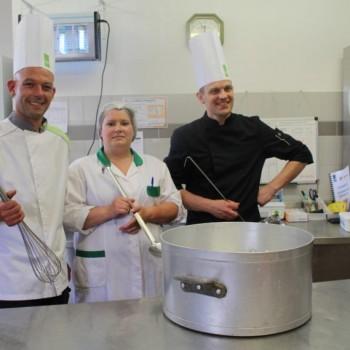 Les cantines du Pays de Tinchebray se transforment en restaurant gastronomique pour 400 enfants