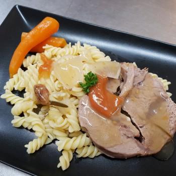 047/12 : Rôti de veau mijoté, carottes cuites dans le jus, pâtes