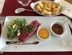 Photo Tartare de boeuf coupé au couteau minute, frites et salade, sauce méditerranéenne ou tigre qui pleure  - Le Bistrot d'Alex