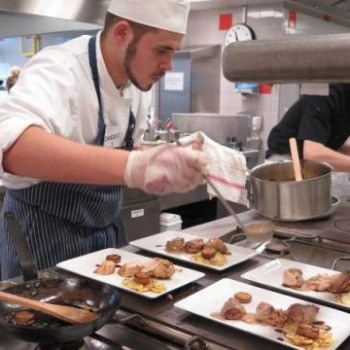 Saint-Malo. Huit apprentis se lancent un défi en cuisine