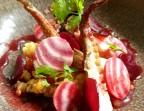 Photo Lentilles corail et poulpe caramélisé en salade  légumes, jus de betterave et copeaux de parmesan - L'Escapade