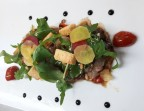 Photo Daurade marinée sur une fine couche de légumes d'été en ratatouille, pignons de pins, roquette, pickles et croutons de pain de mie complet. - Les bains de secours