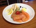 Photo Assiette de saumon fumé avec des petits pains chauds maison  - Le romain d'etretat