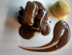 Photo Brownie con helado de vainilla y salsa de chocolate - Restaurante Algarrobo