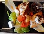 Photo l'assiette en déclinaison de dégustation de fromages de chèvre sur salade et confiture de figues noires - LA CAUSETTE