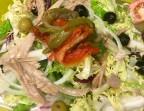 Photo Ensalada mediterranea con ventresca de atun aceitunas, cebolla  fresca, pimientos asados y tomate fresco - A Banda Restaurante