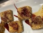 Photo Camembert frito en costra de kikos con dulce de tomate y cebolla Caramelizada regado de salsa de frutos rojos(4 uds.) - A Banda Restaurante