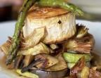 Photo Parrillada de verduras (berenjena, calabacín, pimiento rojo, cebolla, champiñón, alcachofitas y espárragos trigueros) con queso de cabra gratinado - A Banda Restaurante