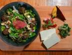 Photo Salade de jeunes pousses, tofu frit*, croquettes de blettes et flocons d'avoine*, vinaigrette au safran* Des Volcans millesimé2016 - Bistrot Auvergnat