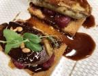 Photo Escalopes de foie gras de canard poêlées, compotée de fruit de saison sur pain d'épice, sauce caramélisée. - Le stras'