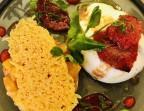 Photo Tartare de tomates jaunes sur une panna cotta basilic, mozzarella di bufala et tomates confites maison, vinaigrette au jus de tomates. - Le stras'