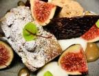 Photo Financier à la pistache et figue fraiche, rochers coco et espuma à la noix de coco. - Le stras'
