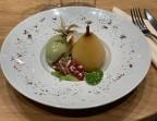 Photo Poire pochée au vin jaune, crème glacée au thé Matcha. - Café de la Paix