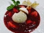 Photo Soupe de fraises au basilic et Cointreau, crème glacée à la rhubarbe. - Café de la Paix