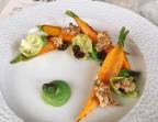 Photo Carottes grillées au curry mandras purée petits pois raisins secs tuile tournesol - Au Plaisir Paris