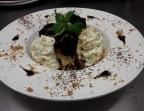 Photo Assiette de profiteroles, glace vanille, chocolat chaud et caramel beurre salé - Chez fred