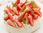 Photo Pavlova with regional strawberries and pistachio whipped cream * - Chez fred