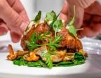 Photo Noix de ris de veau grillotée, mousseline de châtaigne, granny et bacon au jus, tétragones moutardés - Le Sergent Recruteur