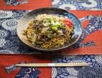 Photo Yakisoba au boeuf (Nouilles de blé japonaises avec des légumes sautés) - AtsuAtsu