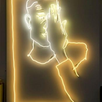 Exposition « néon » de l'artiste Julie Gauthron au Renaissance Arc de Triomphe