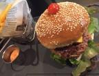 Photo Pain bagnat, boeuf haché, oignons confits, tomates, cheedar, bécon, salade - Le Cafe Dumas
