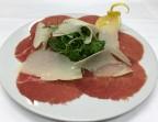 Photo Carpaccio di manzo rucola e scaglie di parmigiano - Samesa
