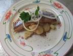 Photo le filet de hareng mariné sur ses pommes de tiédies en vinaigrette - LA CAUSETTE