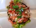 Photo la salade à l'émincé de saumon fumé maison et sa vinaigrette fraîcheures - LA CAUSETTE